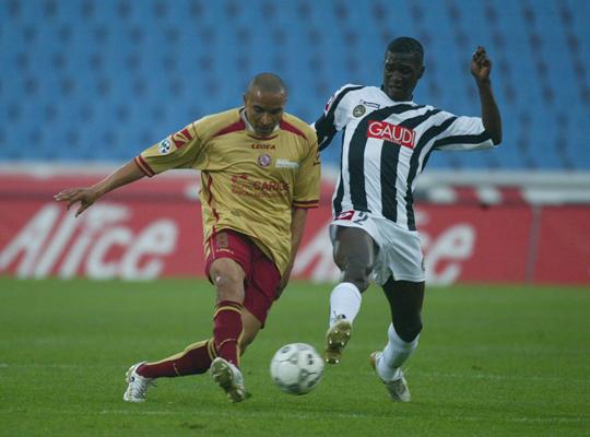 Vidigal_vs_Muntari___Udinese___Livorno_06_07_.jpg